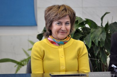 """Защо България чака ваксините на """"АстраЗенека""""? Защото са на майка на евродепутатка от ГЕРБ"""