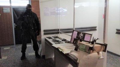 Полицай продавал фалшиви лични карти на чужденци