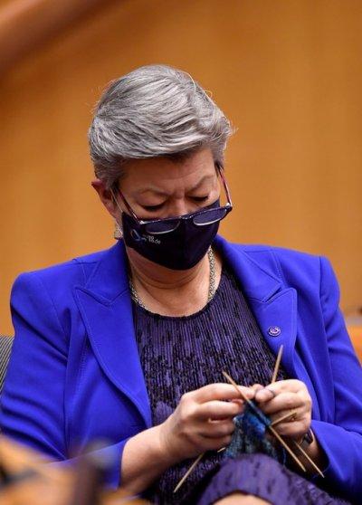 Ръчен труд: Еврокомисарка си плете в парламента в Брюксел