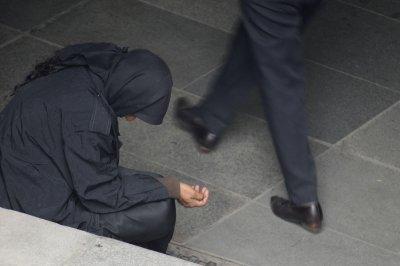 Съдят 18 българи, карали 33 души да просят във Франция
