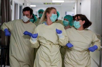 Скандално: Медсестри се вихрят на корона парти