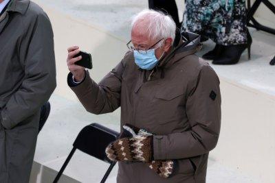 Всички коментират якенцето и ръкавиците на Бърни Сандърс