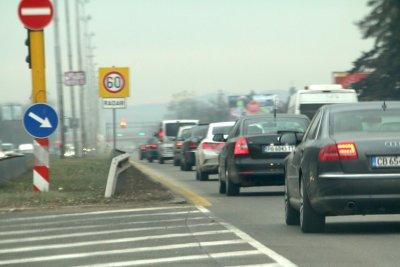 Интензивен трафик на изходите на София в двете посоки