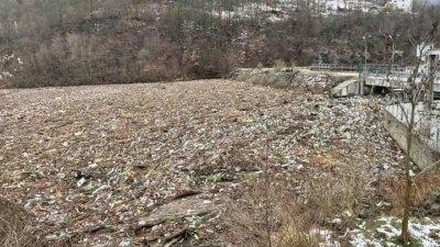 560 тона боклук извадиха от река Искър