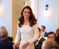 снимка 4 Херцогиня Катрин сияе в бяла рокля (СНИМКИ)