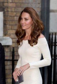 снимка 1 Херцогиня Катрин сияе в бяла рокля (СНИМКИ)