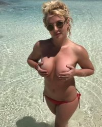 снимка 5 Бритни празнува чисто гола (+18 ГАЛЕРИЯ)