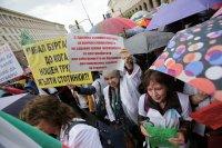 снимка 4 Лекари и медсестри протестират пред МС